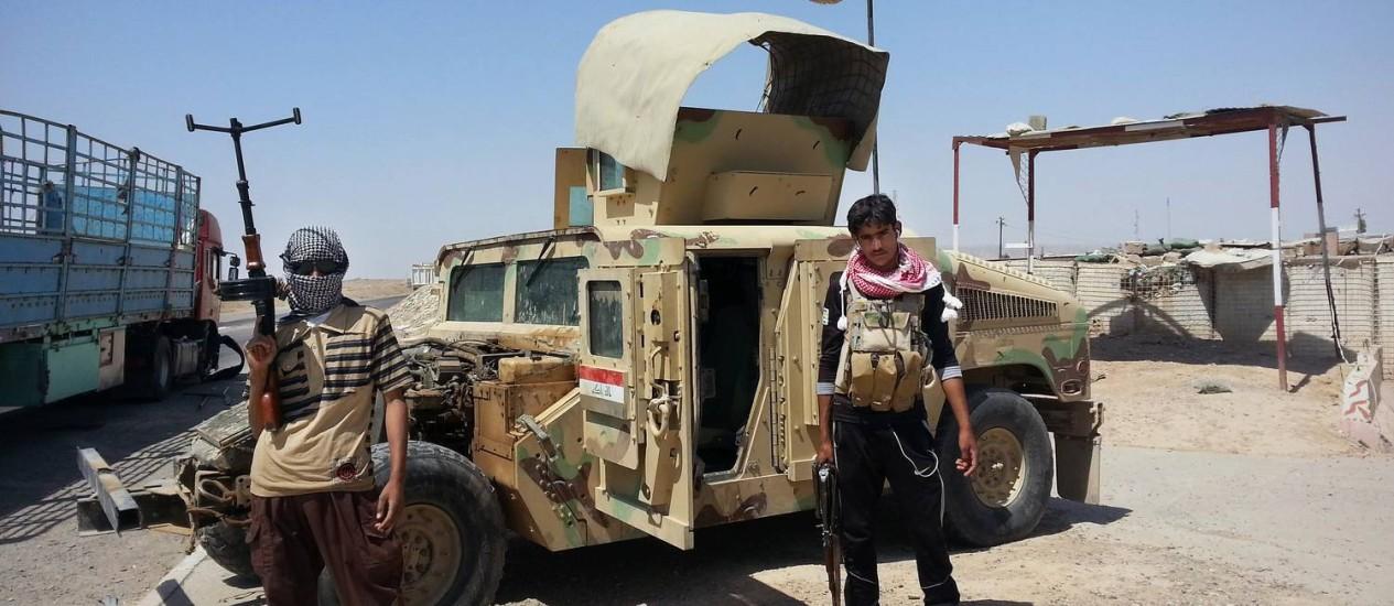 Agentes do Exército iraquiano em um posto de controle fora da refinaria de Baiji Foto: STR / AP