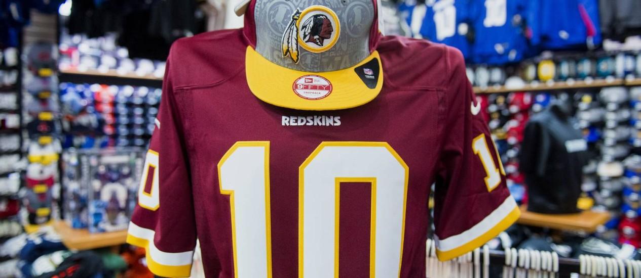Logotipo do Washington Redskins: decisão do escritório de patentes coloca em jogo milhões de dólares em vendas de camisas e acessórios Foto: David Paul Morris / Bloomberg