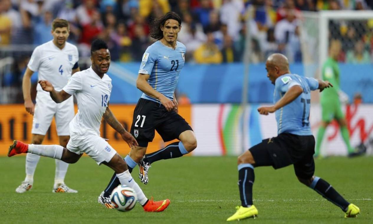 O inglês Raheem Sterling disputa a bola com Cavani e Arevalo Rios Foto: IVAN ALVARADO / REUTERS
