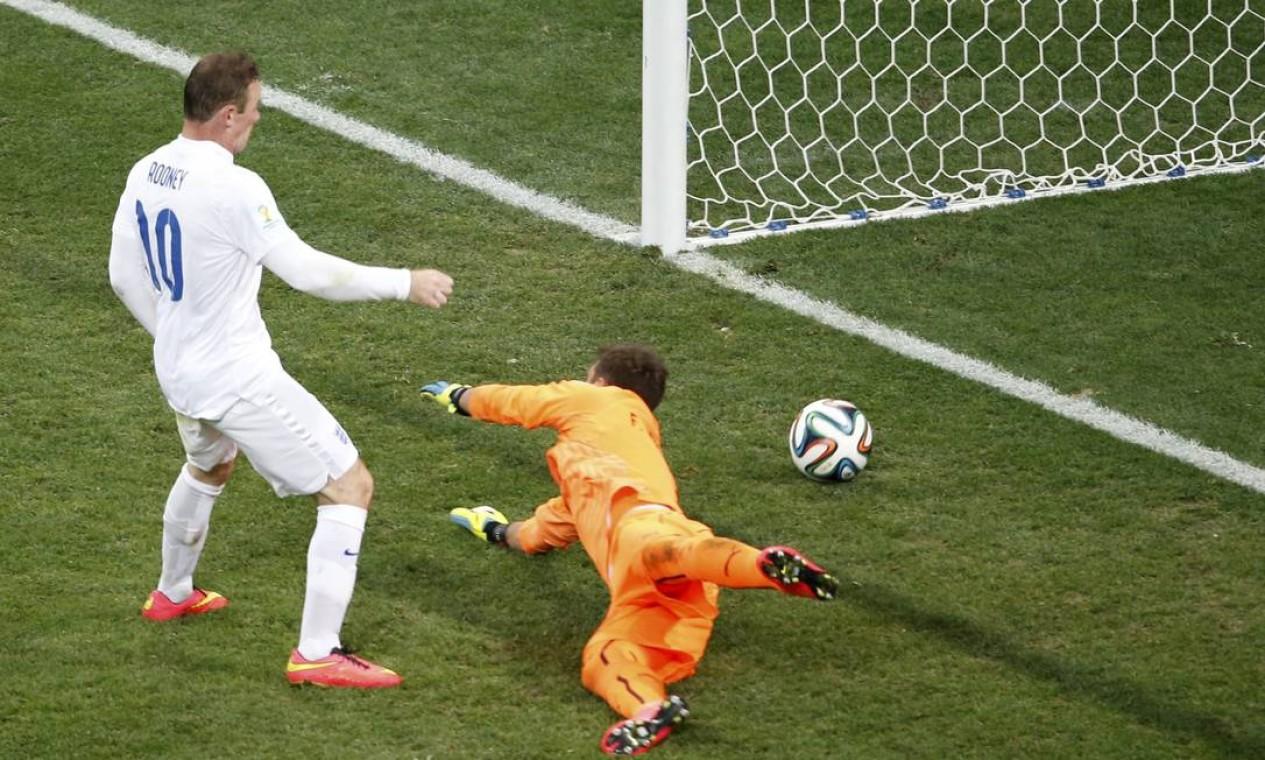 No segundo tempo, Rooney fez seu primeiro gol em Copas Foto: PAULO WHITAKER / REUTERS