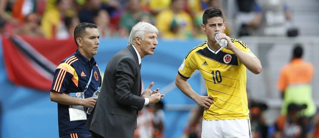 O técnico Jose Pekerman conversa com o meia James Rodriguez, autor do primeiro gol colombiano Foto: ADRIAN DENNIS / AFP