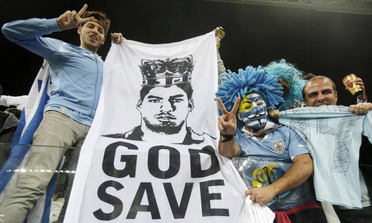 Uruguaios reverenciam Luiz Suárez, o herói da vitória Foto: Thanassis Stavrakis / AP