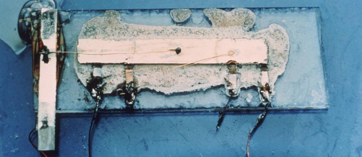 O primeiro circuito integrado numa foto sem data. A peça foi criada pelo prêmio Nobel de Física Jack Kilby para a Texas Instruments Foto: Divulgação / Bloomberg News