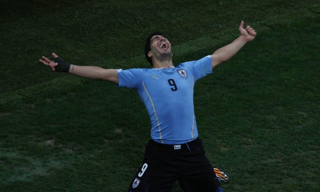 O uruguaio Luis Suárez comemora um dos dois gols que marcou na vitória sobre a Inglaterra Foto: Michel Filho / Agência O Globo