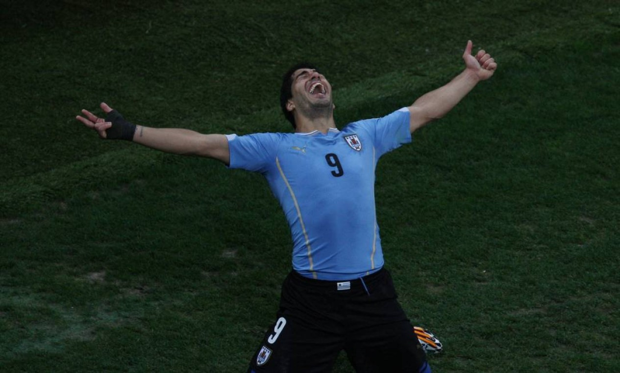 Mas, no segundo tempo, Suárez marcou o gol da vitória uruguaia Foto: Michel Filho / Agência O Globo