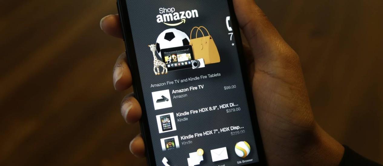 Fire Phone, smartphone da Amazon, se conecta às prateleiras virtuais da varejista Foto: Ted S. Warren / Ted S. Warren/AP