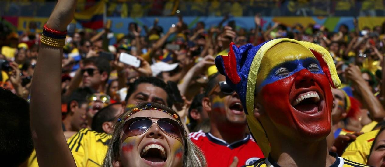 Torcedores colombianos cantam em alto e bom som o hino nacional de seu país no Estádio Mané Garrincha em Brasília Foto: EDDIE KEOGH / REUTERS