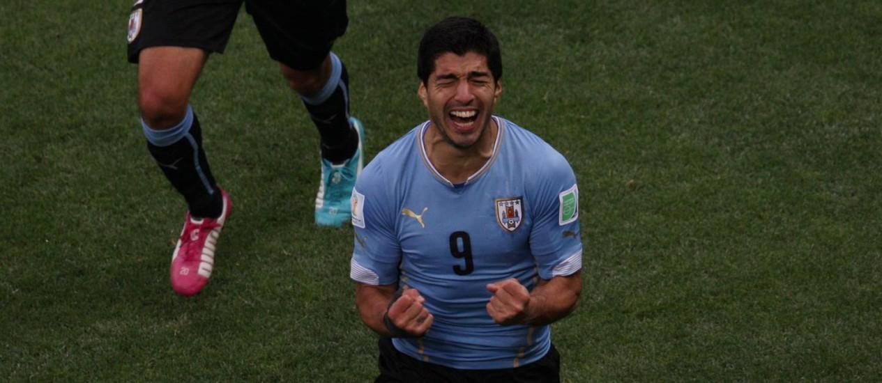 Suárez se emociona ao marcar o gol da vitória uruguaia sobre a Inglaterra Foto: Agência O Globo