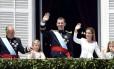 O rei Felipe VI e a rainha Letizia acenam da sacada do Palácio Real, em Madri, ao lado de Juan Carlos e das princesas Leonor e Sofia