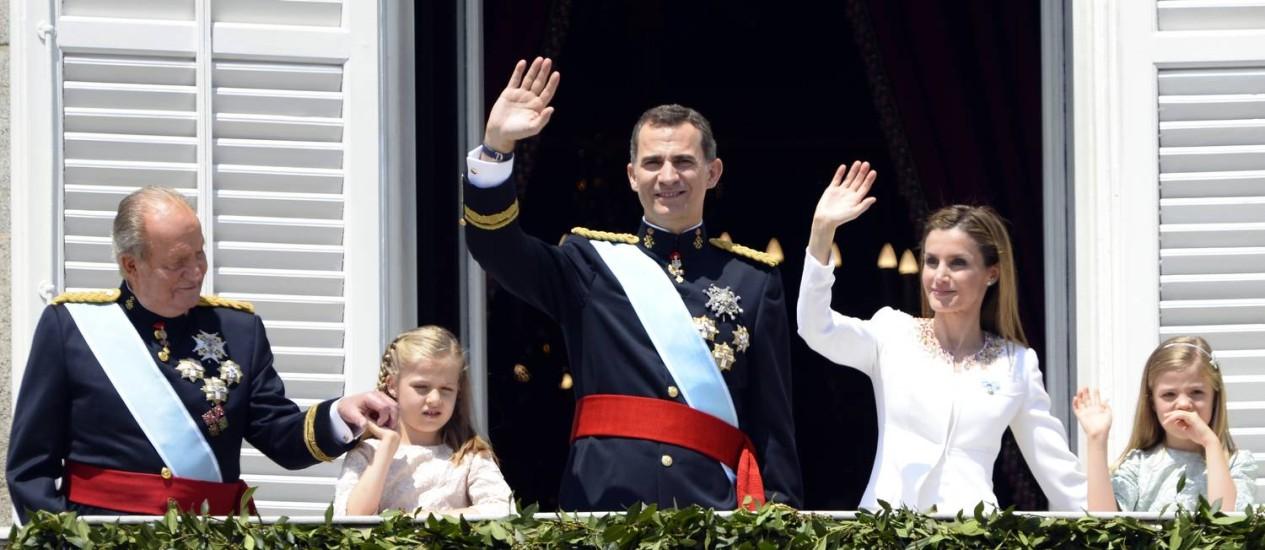O rei Felipe VI e a rainha Letizia acenam da sacada do Palácio Real, em Madri, ao lado de Juan Carlos e das princesas Leonor e Sofia Foto: GERARD JULIEN / AFP