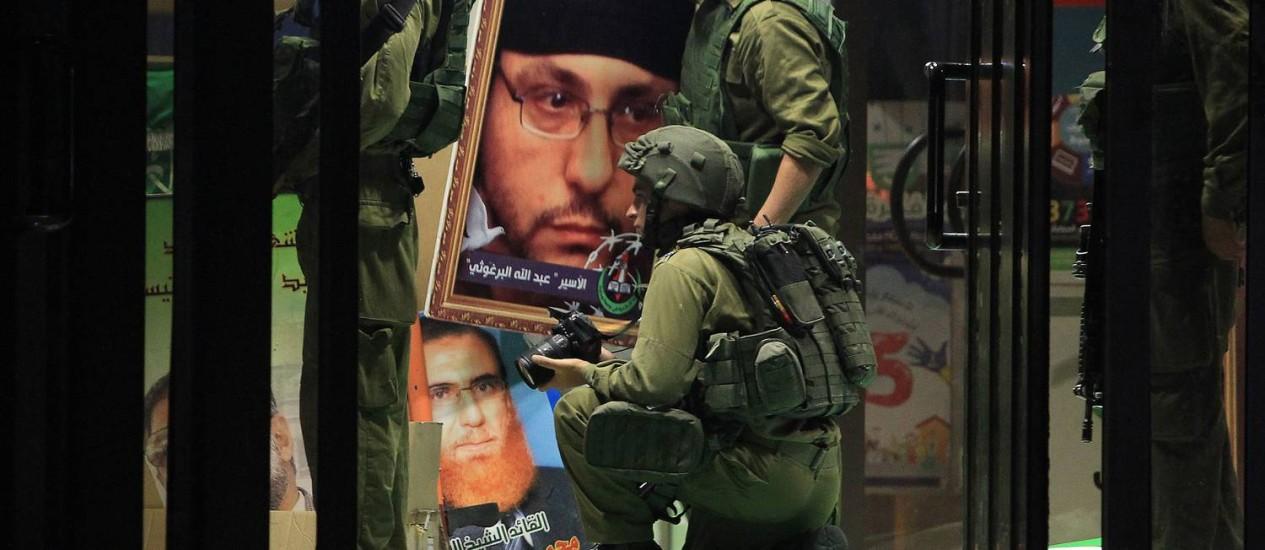 Soldados confiscam material do Hamas perto de Ramallah Foto: ABBAS MOMANI/AFP