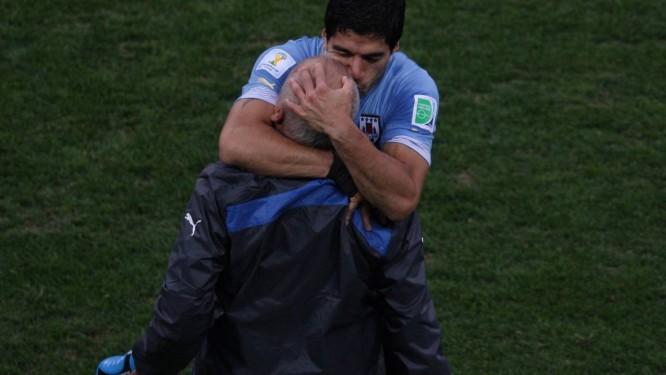 Suárez agradece, com um abraço e um beijo, ao fisioterapeuta Walter Ferreira, logo após o primeiro gol Foto: Michel Filho / Agência O Globo