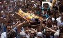 Multidão carrega corpo de Mohammed Dodeen durante seu funeral na aldeia de Dura, perto da cidade de Hebron Foto: Majdi Mohammed / AP
