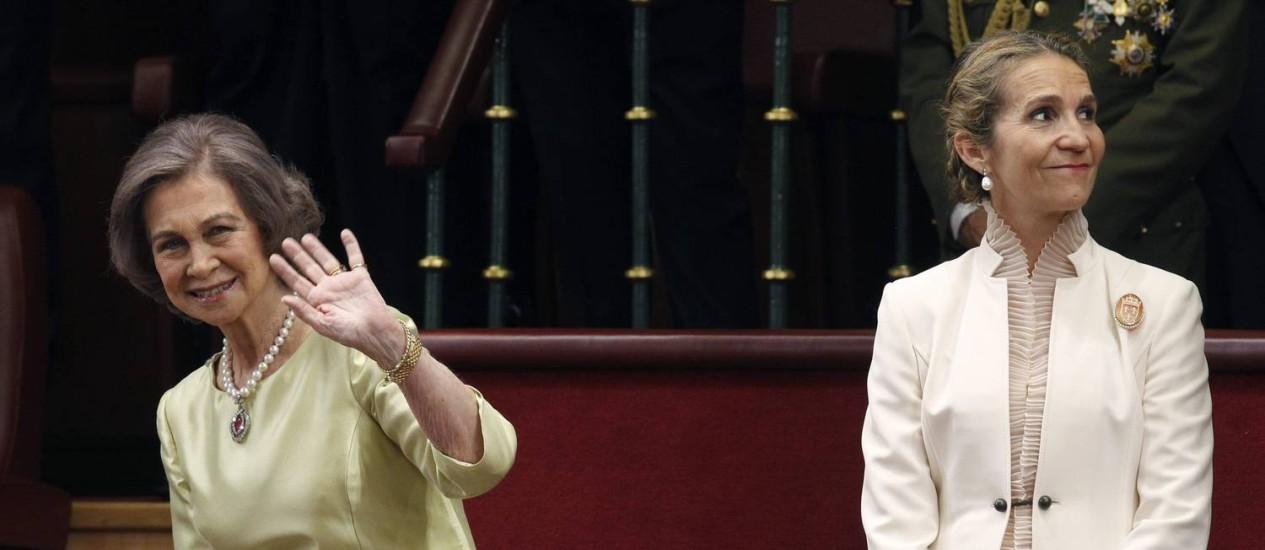 Rainha Sofia (à esq.) ao lado da princesa Elena no Congresso, em Madri Foto: ESTEBAN COBO / AFP