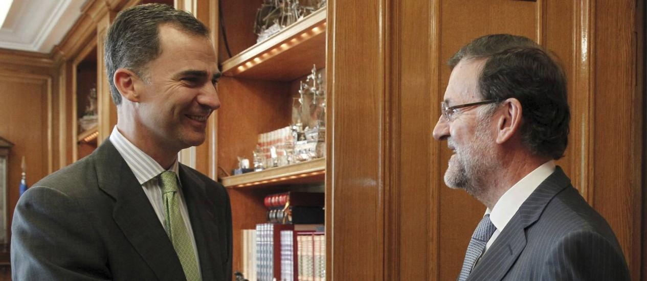 Felipe VI tem o primeiro encontro como rei com o presidente do governo espanhol, Mariano Rajoy Foto: Sergio Barrenechea / AP
