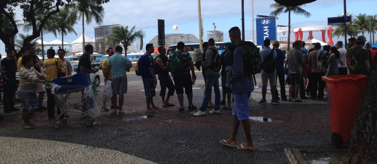 Cerca de 200 turistas esperam por van para visitar o Cristo Redentor Foto: Agência O Globo