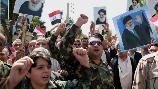 Iraquianos no Irã fazem protesto contra rebeldes sunitas do Isis Foto: Ebrahim Noroozi / AP