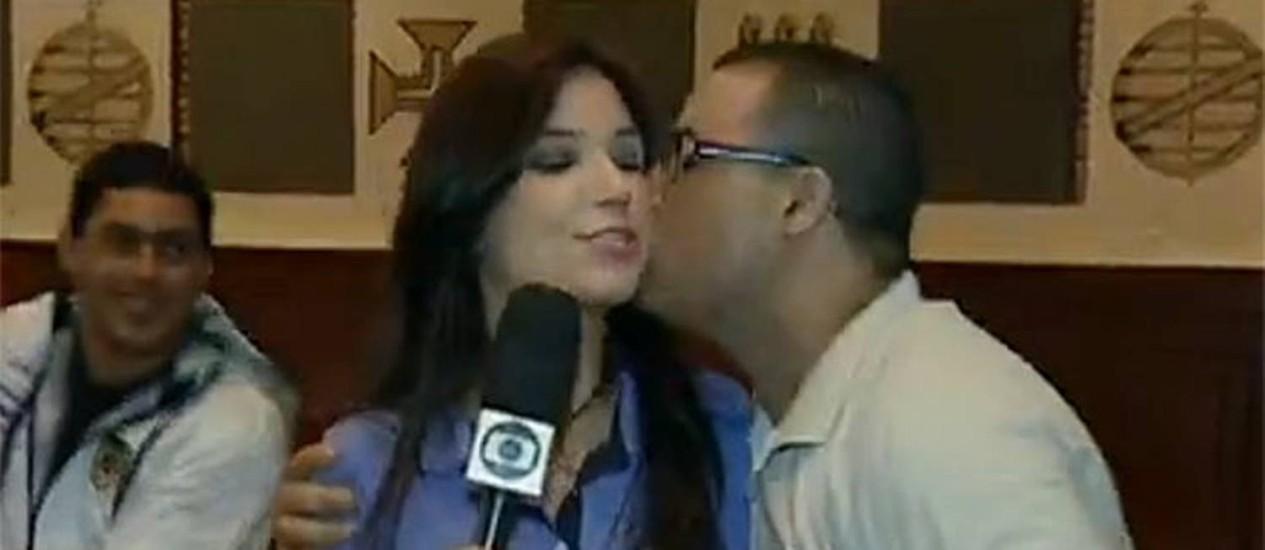 Repórter Sabina Simonato ganha beijo de torcedor português Foto: Reprodução da internet