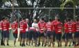 O técnico Jorge Sampaoli orienta os jogadores do Chile em Belo Horizonte