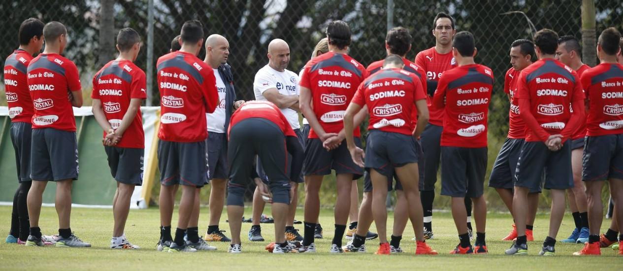 O técnico Jorge Sampaoli orienta os jogadores do Chile em Belo Horizonte Foto: Victor Caivano / AP