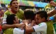 Costarriquenhos celebram o gol marcado por Bryan Ruiz: classificação antecipada