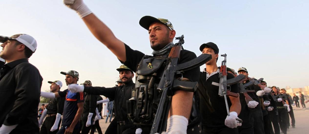 Voluntários iraquianos recém-recrutados participam de treinamento na cidade de Najaf para ajudar as forças iraquianas a combater jihadistas Foto: HAIDAR HAMDANI / AFP