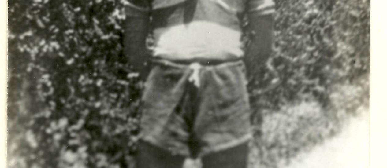 O poeta João Cabral de Melo Neto em 1935, aos 15 anos, com uniforme do Santa Cruz, onde jogava, embora torcesse pelo América Foto: Álbum de família
