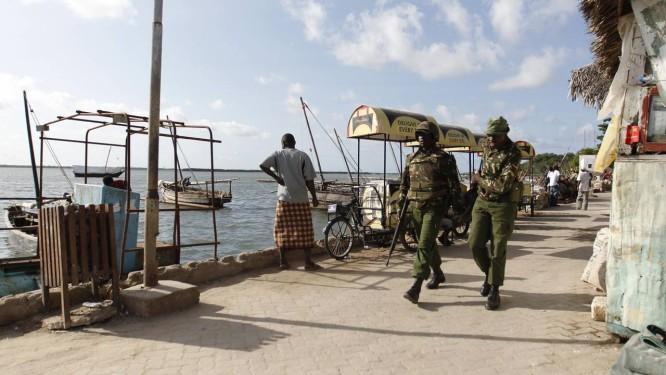 Policiais quenianos patrulham porto em Lamu, no oceano índico Foto: REUTERS19-6-2014