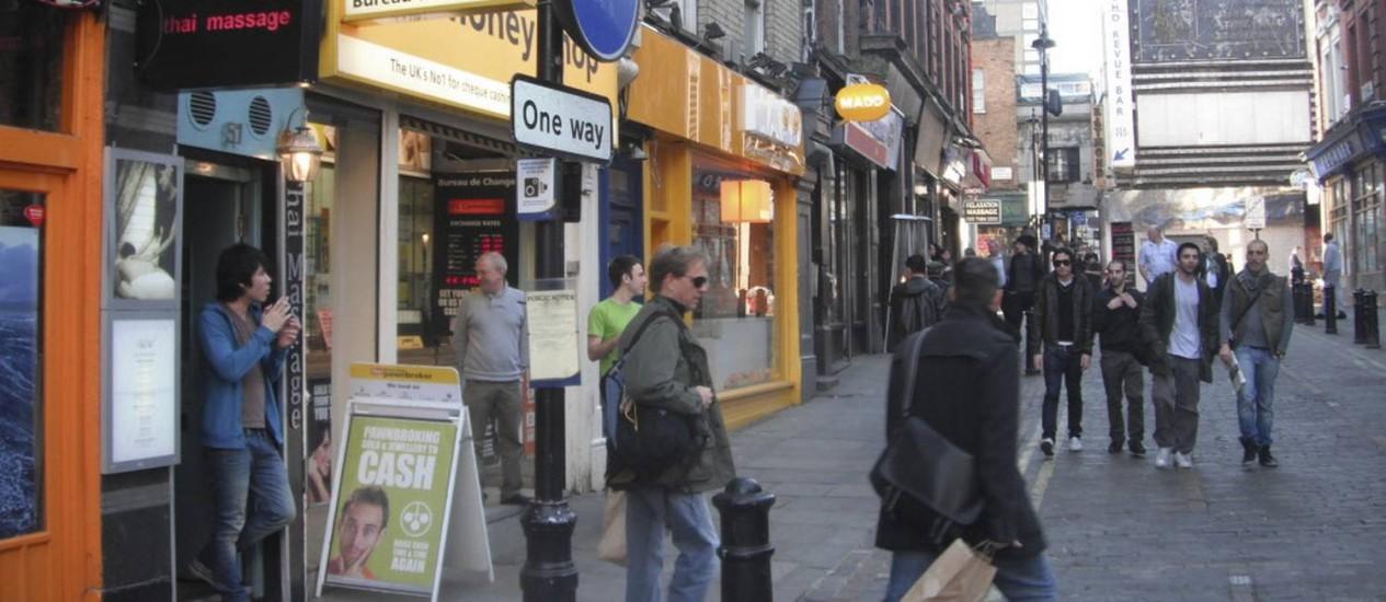 Rupert Street, no Soho londrino. A rua abriga casas de massagem e clubes de striptease. Mas também é lugar de restaurantes de luxo, como o Spuntino Foto: Richard Vines/Bloomberg