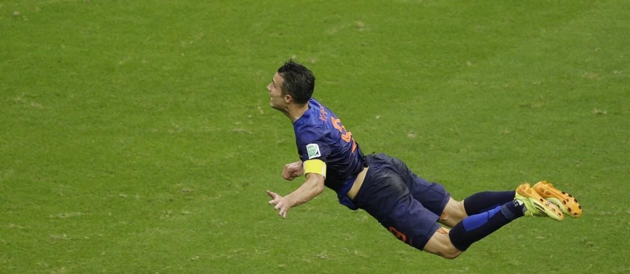 O atacante holandês Robin van Persie mergulha para marcar um gol de cabeça contra a Espanha, na primeira rodada da Copa do Mundo Foto: AP/Christophe Ena/13-6-2014