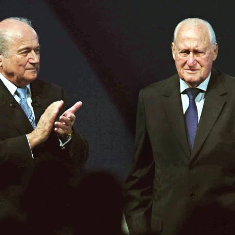 O suíço Joseph Blatter (esq.) sucedeu o brasileiro João Havelange na presidência da entidade máxima do futebol Foto: AFP/20-05-2004