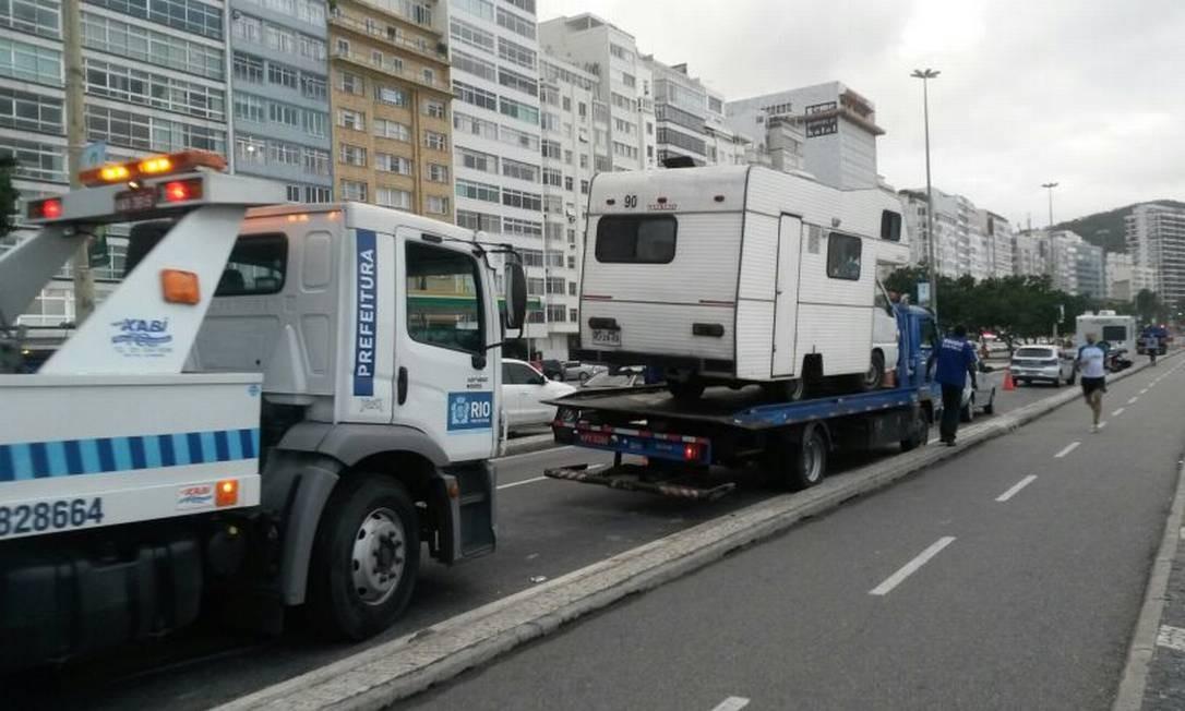 Secretaria de Ordem Pública começa a rebocar motorhomes de turistas estacionados na orla da Zona Sul Foto: Verônica Raner / O Globo