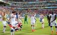 Jogadores da Costa Rica comemoram no gramado da Arena Pernambuco a vitória sobre a Itália, segunda consecutiva, e a classificação antecipada para as oitavas de final