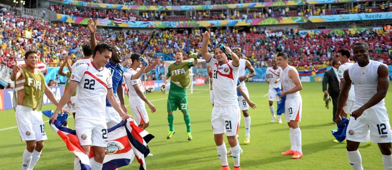 Jogadores da Costa Rica comemoram no gramado da Arena Pernambuco a vitória sobre a Itália, segunda consecutiva, e a classificação antecipada para as oitavas de final Foto: EMMANUEL DUNAND / AFP