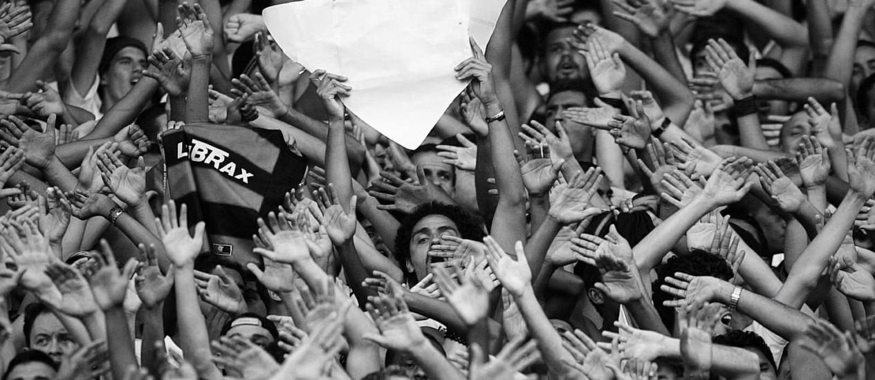 """""""Os fanáticos do futebol têm, pois, dois mundos trágicos na sua vida: a construção de uma das tragédias (a existência) não é da sua responsabilidade, mas a outra é"""" Foto: Ivo Gonzales/11-4-2004"""