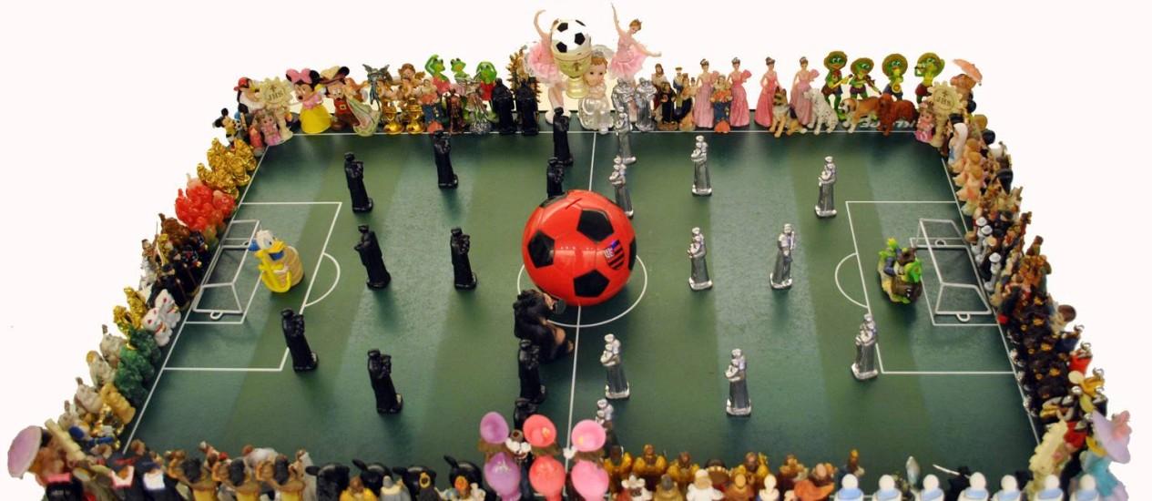 """A obra """"Futebol"""" (2012), de Nelson Leirner, em exposição no MAR Foto: Divulgação"""