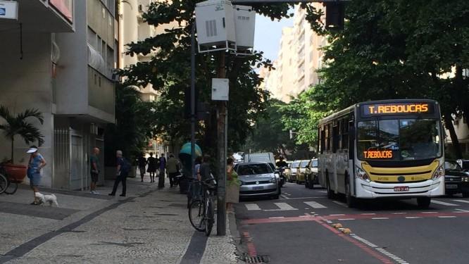 Veículos estacionados em cima de ciclovia em rua de Copacabana Foto: Leitora Alicia Novaes / Eu-Repórter