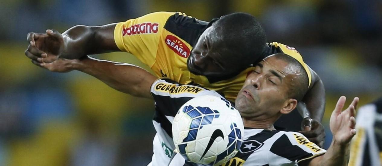 Emerson no jogo contra o Criciúma no Brasileirão deste ano: atacante é vice-artilheiro da competição com quatro gols Foto: Alexandre Cassiano/10.05.2014