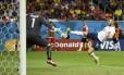 Benzema marca o quarto gol da França: atacante deu trabalho aos suíços