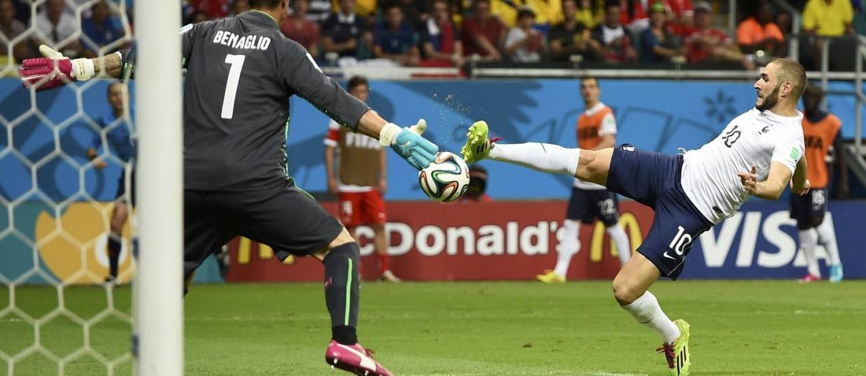 Benzema marca o quarto gol da França: atacante deu trabalho aos suíços Foto: DYLAN MARTINEZ / REUTERS