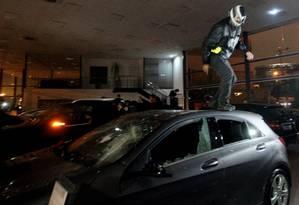 Black blocs quebraram carros importados da concessionária na Marginal pinheiros Foto: Fernando Donasci/ O Globo