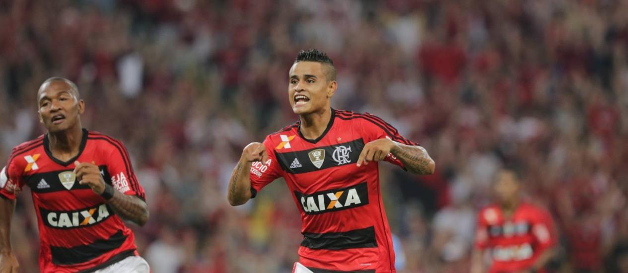 Everton, que vem sendo titular no time do Flamengo, comemora gol contra o Bolívar na Libertadores deste ano: recuperado de lesão Foto: Marcelo Theobald/12.03.2014