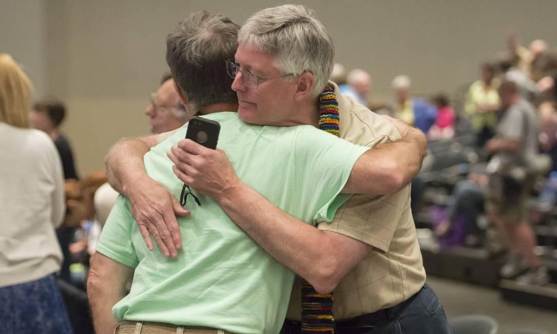 Decisão histórica: pastores comemoram a decisão, anunciada após assembleia geral da igreja em Detroit. Foto: David Guralnick / AP