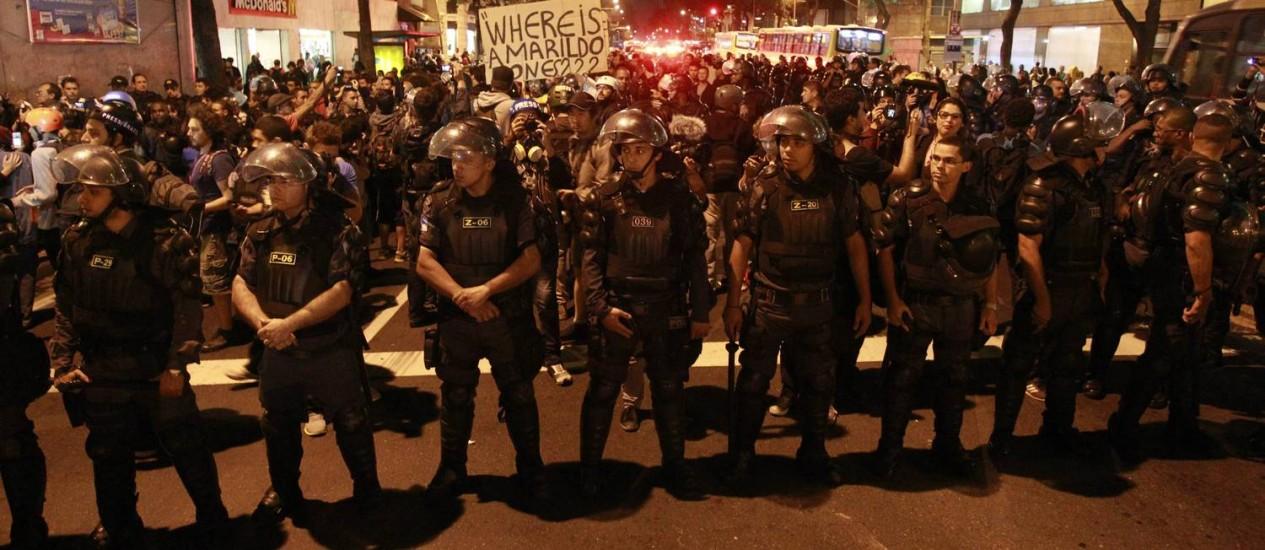Policiais ficam na linha de frente de protesto no Centro do Rio Foto: Domingos Peixoto / Agência O Globo