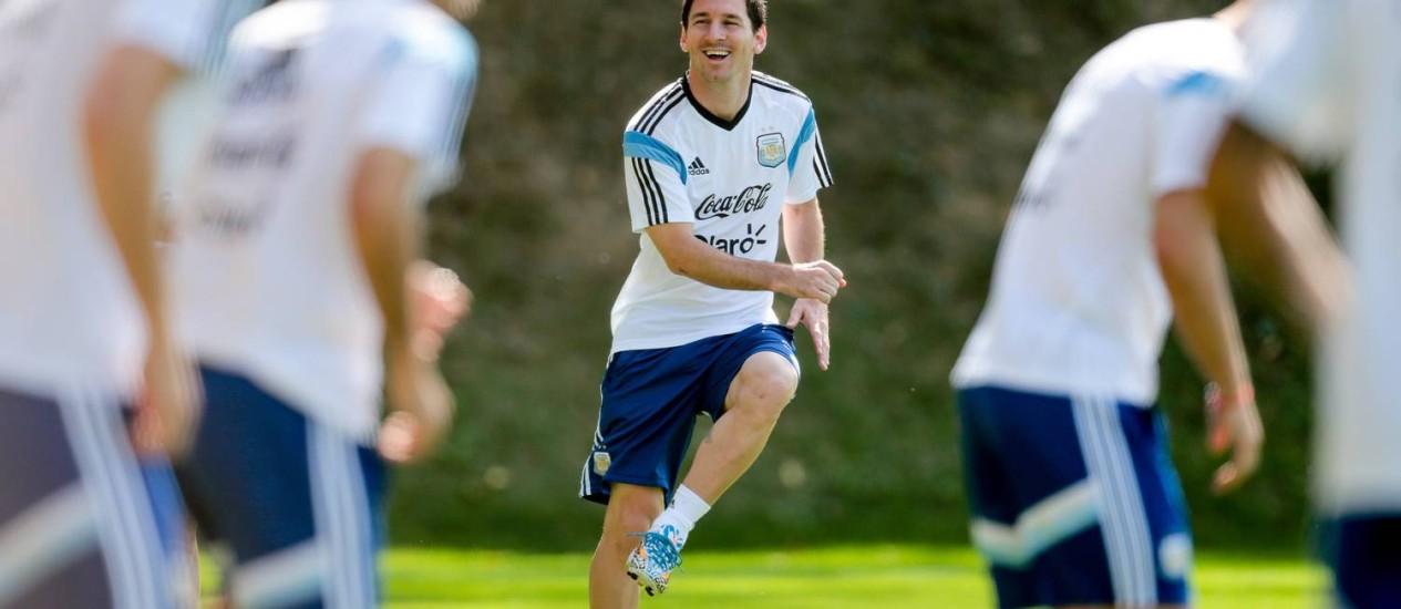 Messi treina na Cidade do Galo: atacante reclamou do esquema tático da Argentina na estreia Foto: Pedro Kirilos / Agência O Globo