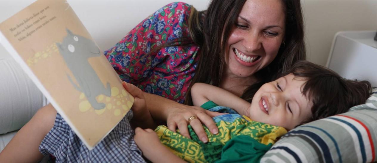 A produtora Mitzzi Bertoldo com o filho, Felipe, de 3 anos: ela buscou diversas emergências para controlar os quadros alérgicos do menino Foto: Bianca Pimenta