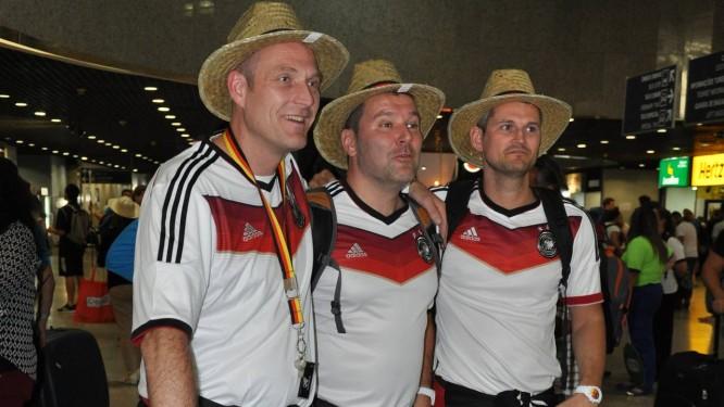 Gana de vencer. Os torcedores foram recebidos no aeroporto com música e chapéus típicos Foto: Iratuã Freitas