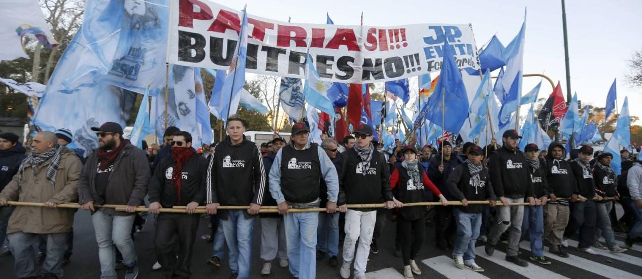 """Manifestantes em Buenos Aires manifestam apoio ao governo: """"Pátria sim, abutres não"""", diz a faixa Foto: Enrique Marcarian/REUTERS"""