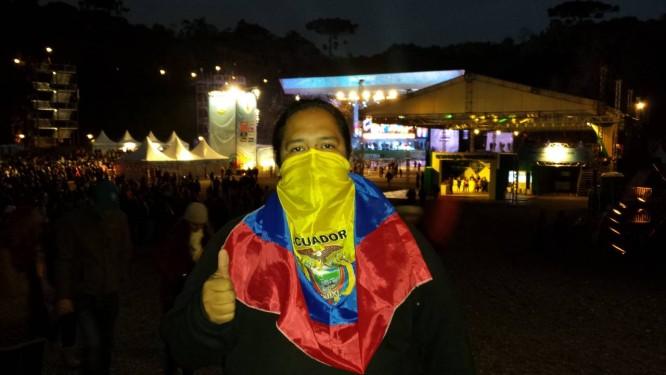 Tricolor. O equatoriano Rafael Ojeda usou a bandeira para proteger o rosto Foto: Henrique Gomes Batista / Agência O Globo