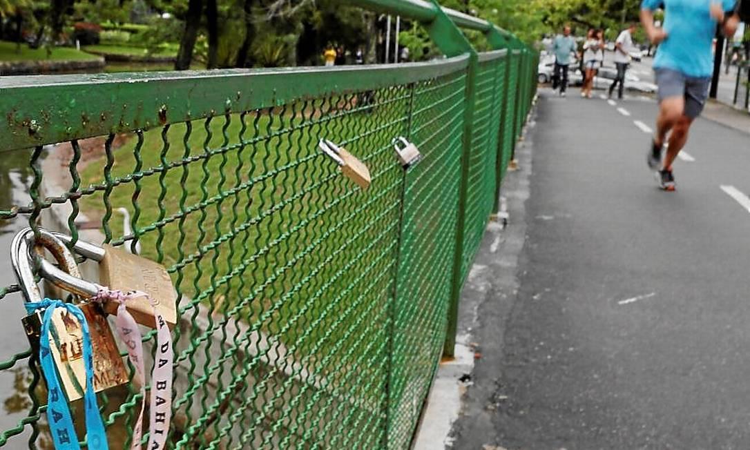 Cadeados na ponte sobre o canal do Jardim de Alah: tradição europeia no Rio Foto: Marcos Tristão / Agência O Globo